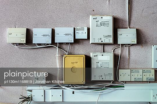 Alte Verteilerkästen - p1130m1168819 von Jonathan Kitchen
