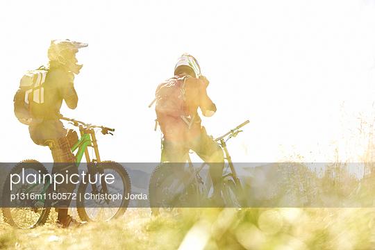 Zwei Freeride Mountainbiker im Gelände, Chatel, Haute-Savoie, Frankreich - p1316m1160572 von Christoph Jorda