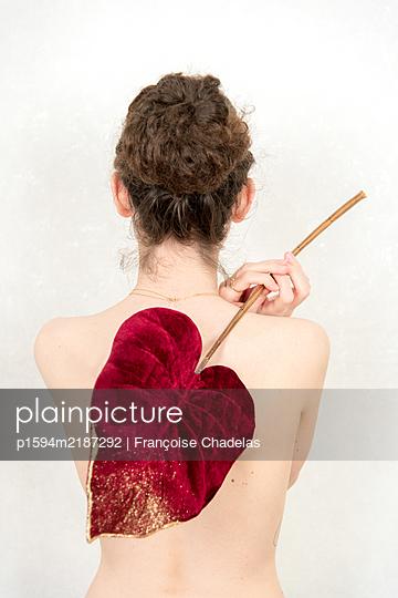 Junge Frau mit rotem Blatt - p1594m2187292 von Françoise Chadelas