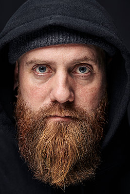 Portrait of man with full beard and hood - p1124m2229083 by Willing-Holtz