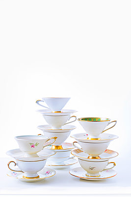 Stack of coffee cups - p1149m2027037 by Yvonne Röder