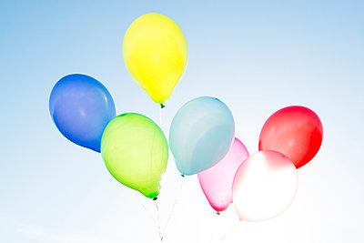 Bunte Heliumballons - p451m1143441 von Anja Weber-Decker