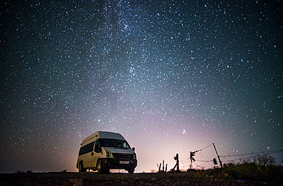 Camper van under starry sky - p555m1301953 by Aleksander Rubtsov