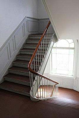 Stille im Treppenhaus - p865m1005379 von atomara