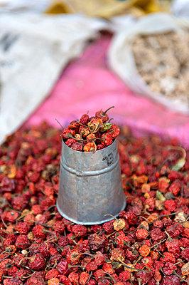 Rote Trockenfrüchte - p949m948565 von Frauke Schumann