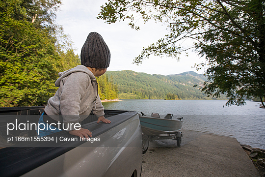 Baby boy looking at view while standing in pick-up truck at Sasquatch Provincial Park - p1166m1555394 by Cavan Images