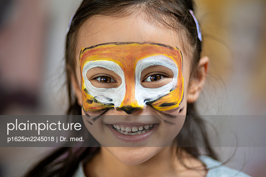 Children's party, girl with face painting - p1625m2245018 by Dr. med.
