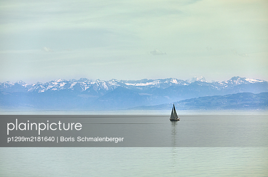 Single sailing boat on Lake Bodensee - p1299m2181640 by Boris Schmalenberger