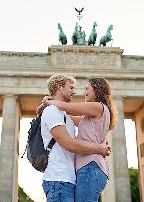 Junges Paar vor dem Brandenburger Tor - p1124m1463345 von Willing-Holtz