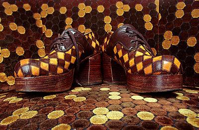 70er Schuhe auf Musterteppich - p1650082 von Andrea Schoenrock