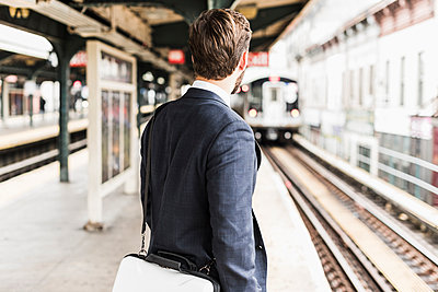 Young businessman waiting at metro station platform - p300m1192046 by Uwe Umstätter