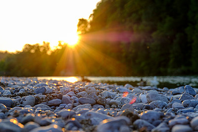 Pebbles at Isar banks during sunset, Bavaria, Germany - p300m2243780 by Lisa und Wilfried Bahnmüller