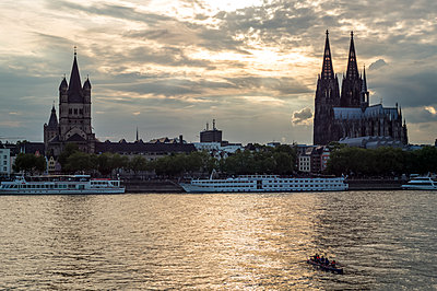 Rowing boat in front of Great St. Martin and Cologne Cathedral on the rhine - p401m1425765 by Frank Baquet