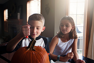 Children carving pumpkin - p924m1447004 by Rebecca Nelson