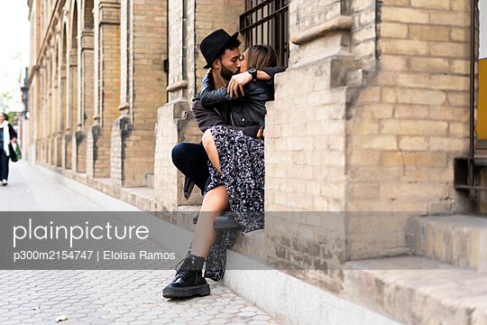 Young couple kissing outdoors - p300m2154747 by Eloisa Ramos