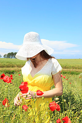 Woman among poppies - p0452765 by Jasmin Sander