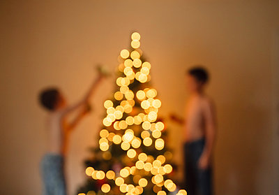Children Decorating Christmas Tree - p1262m1063993 by Maryanne Gobble