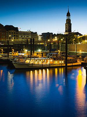 Blick auf Michel vom Binnenhafen, Hamburg - p1493m1584685 von Alexander Mertsch