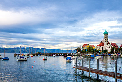 Germany, Baden-Wuerttemberg, Lake Constance, Wasserburg, Harbour with St George's Church - p300m1535654 by pure.passion.photography