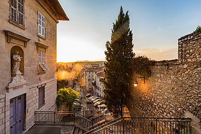 France, Provence-Alpes-Cote d'Azur, Nice, Old town at sunset - p300m2069700 by Werner Dieterich