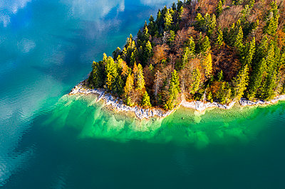 Germany, Upper Bavaria, Lake Walchen, Aerial view of Sassau Island - p300m2079144 by Martin Moxter