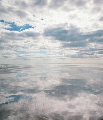 Spiegelung im Watt - p382m2053120 von Anna Matzen