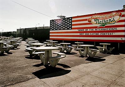 Außenbereich eines Restaurants, Amerikanische Flagge I  America, exteriors of a restaurant, American flag - p416m991361 von Moritz Schmid