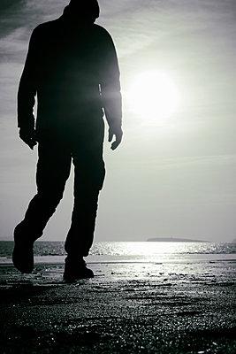 Mann am Meer - p597m2055246 von Tim Robinson