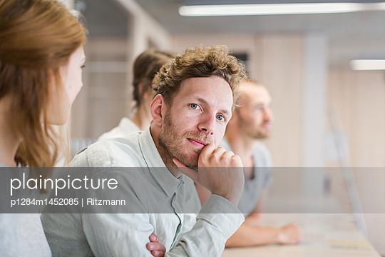 Gruppe Studierende in Bibliothek - p1284m1452085 von Ritzmann