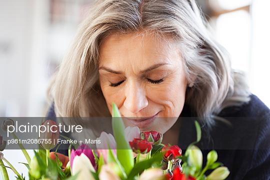 Duft der Blumen - p981m2086755 von Franke + Mans