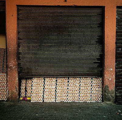 Eier in der Garage I - p1093m855417 von Sven Hagolani