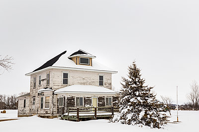 Snow covered house and landscape - p1291m1548058 by Marcus Bastel