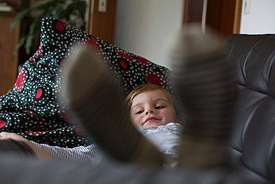 Zufriedener Junge zu Hause - p1308m2057129 von felice douglas