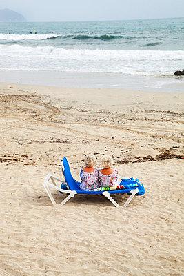 Twins on a beach in Spain - p902m831750 by Mölleken