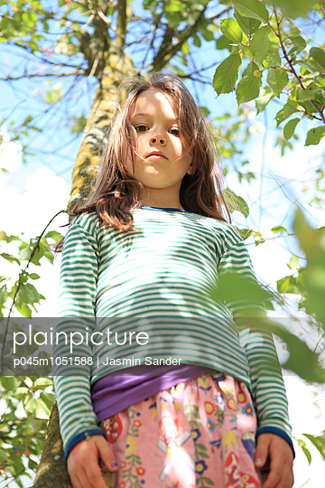 Mädchen steht im Baum - p045m1051588 von Jasmin Sander