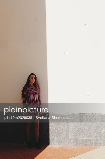 Teenager im Schatten eines Gebäudes - p1412m2029039 von Svetlana Shemeleva
