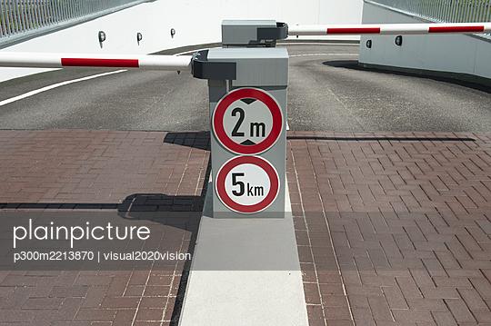 Germany, North Rhine-Westphalia, Duesseldorf, gateway of parking garage - p300m2213870 by visual2020vision