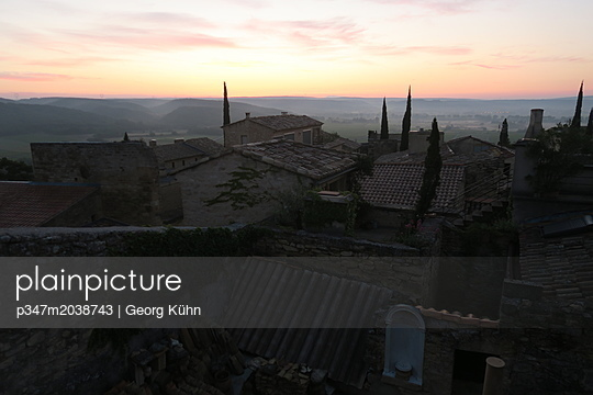 Sonnenaufgang im Languedoc - p347m2038743 von Georg Kühn