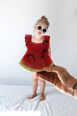 Kleines Mädchen mit Melonenkleid - p1301m1465605 von Delia Baum