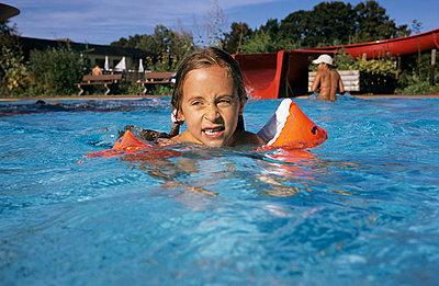 Sicher mit Schwimmflügeln - p2200315 von Kai Jabs