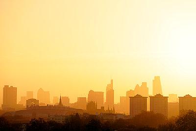 UK, London, skyline in morning backlight - p300m1356583 by Biederbick&Rumpf