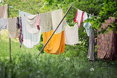 Wäsche auf der Leine - p992m1137447 von Carmen Spitznagel
