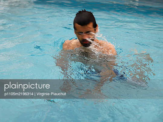 Man swimming in the pool - p1105m2196314 by Virginie Plauchut