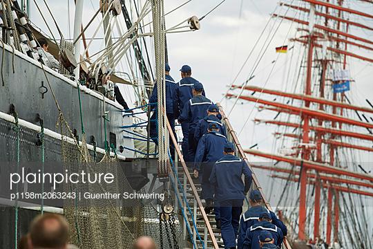 Matrosen gehen aufs Schiff - p1198m2063243 von Guenther Schwering