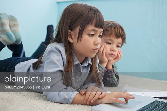Mädchen am Laptop - p463m2045055 von Yo Oura