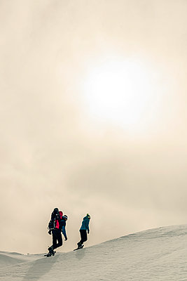 Family snowshoeing in Karwendel mountains - p081m1137244 by Alexander Keller