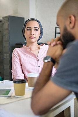 Junge Leute im Gespräch, Startup - p1156m1572737 von miep