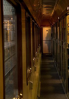 Bahn fahren - p240m1225767 von Valerie Wagner