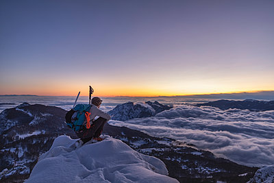 Mountaineer on the mountain summit during twilight, Orobie Alps, Lecco, Italy - p300m2160219 by 27exp