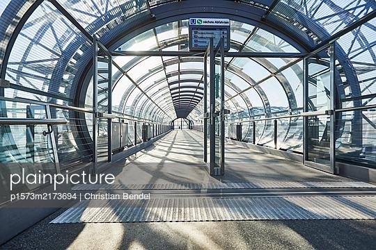 Empty Places - Hamburg, U-Bahn Elbbrücken - p1573m2173694 von Christian Bendel